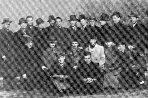 Grup de refugiaţi legionari. Jos dreapta, Constantin Oprişan