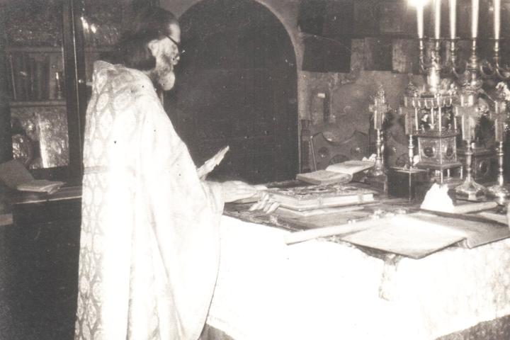 Părintele Justin slujind la Mănăstirea Bistriţa în anii 1980