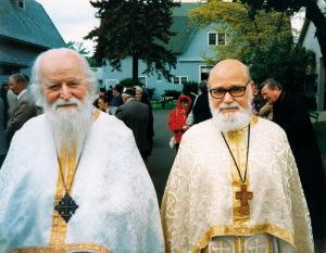 Doi prieteni de o viaţă, uniţi pe veşnicie de suferinţele închisorii: Părintele Sofian Boghiu şi Părintele Roman Braga, la Mănăstirea Adormirii Maicii Domnului de la Detroit, cu cîteva luni înainte de mutarea duhovnicului Bucureştilor la Domnul şi Mîntuitorul nostru Iisus Hristos