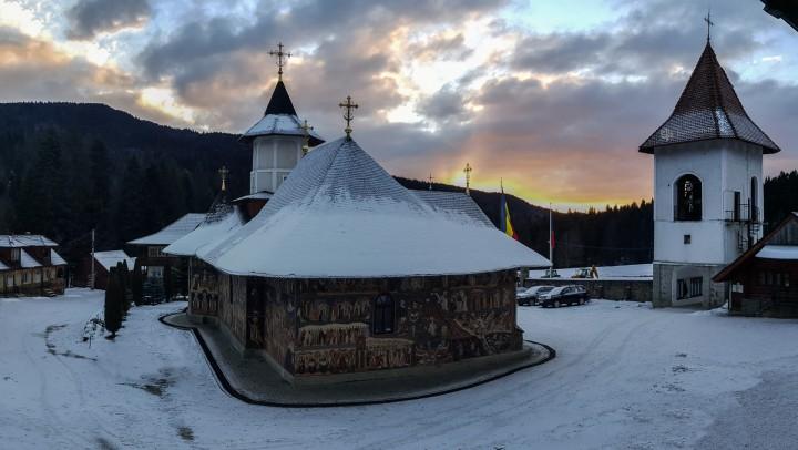Răsărit de soare în Mănăstirea Petru Vodă