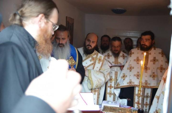 Cuvinte de folos ale Părintelui Justin către poporul român şi către arhierei după Taina Sfîntului Maslu săvîrşită de Mitropolitul Teofan astăzi în faţa chiliei părintelui